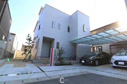 RC調サイディングの住宅を際立たせるシンプルモダンなエクステリア