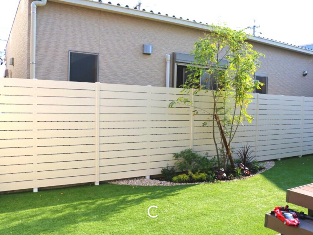 爽やかな白の木目調フェンス(エクスタイル/アーバンフェンス)と鮮やかな人工芝(グリーンフィールド/リアリーターフ)