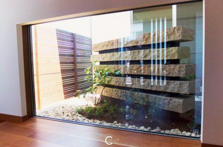 重厚感ある石のオブジェの坪庭