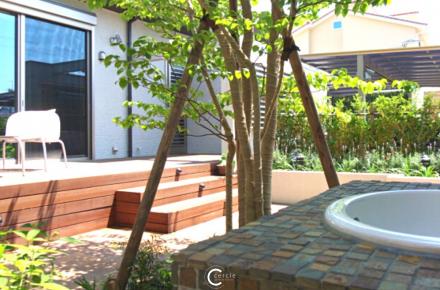モザイクタイルの可愛いガーデンシンクのあるナチュラルなお庭