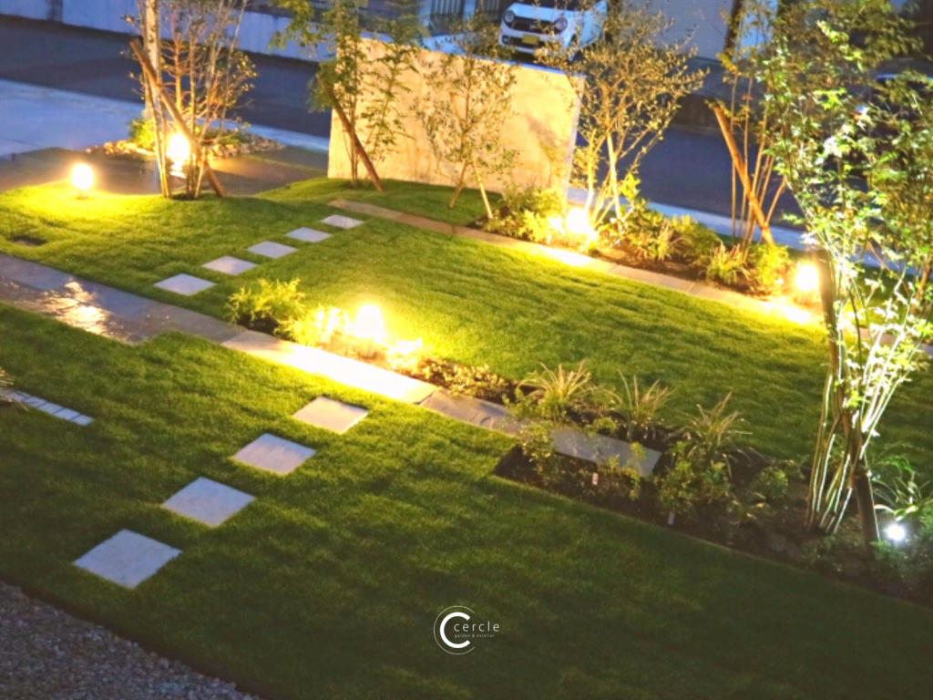 天然芝と石のステップ(ライトアップ)