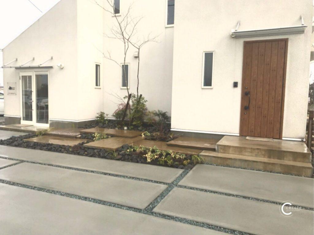 【鈴鹿市】白い住宅を際立たせるシンボルツリーのある外構(正面アップ)