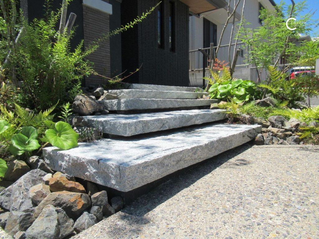 【鈴鹿市】野山のような雰囲気を際立たせる天然石の蹴込み階段(Onlyone/ヴィスタストーン)