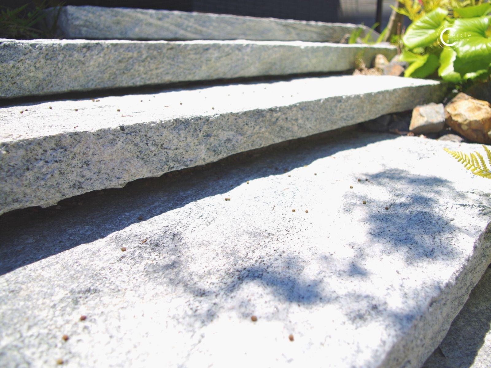 【鈴鹿市】白い美しい岩肌(Onlyone/ヴィスタストーン)に木漏れ日が映る