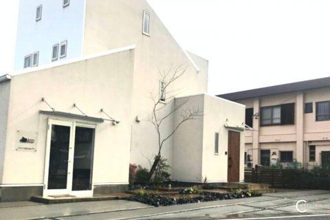 【鈴鹿市】白い住宅を際立たせるシンボルツリーのある外構
