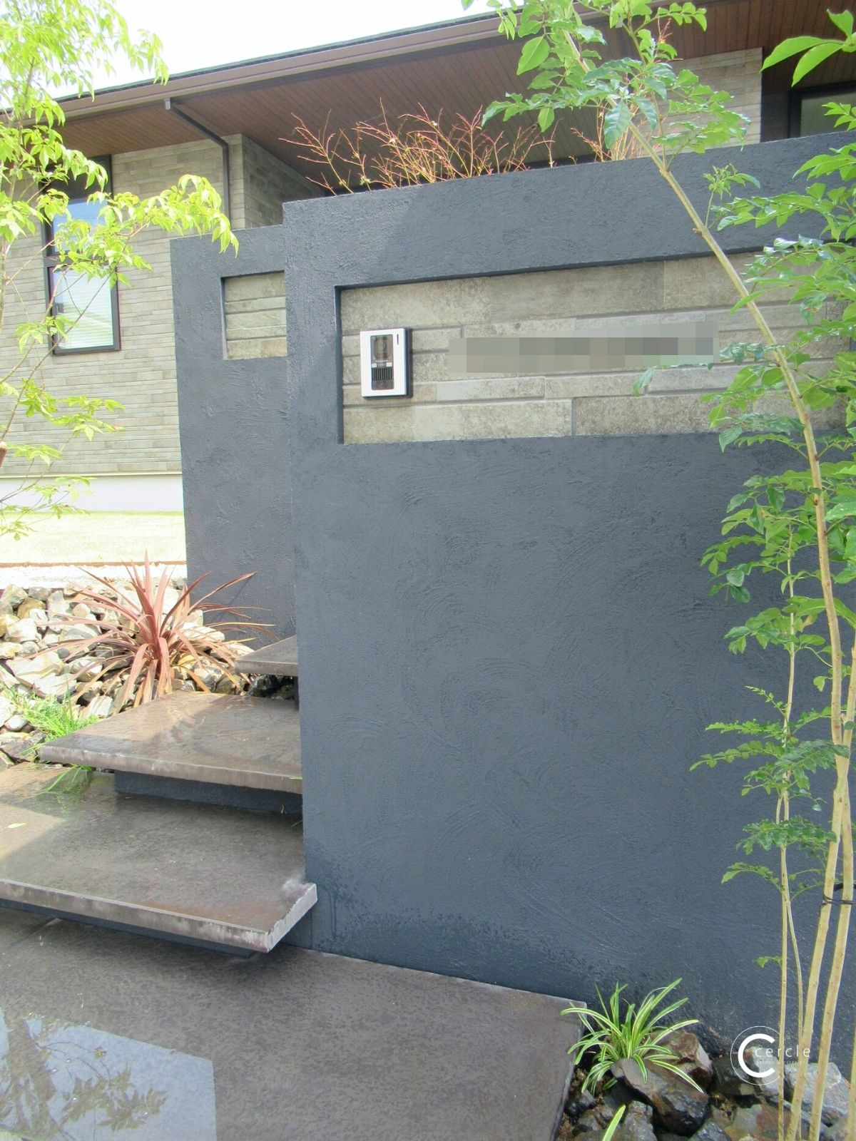 住宅外壁と同じマテリアルを門袖の一部にも採用